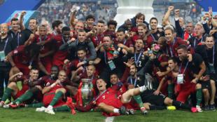 L'équipe du Portugal, victorieuse, remporte son premier titre international.