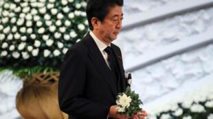Le Premier ministre japonais se recueille devant un mémorial à Tokyo pour le sixième anniversaire de la catastrophe de Fukushima, le 11 mars 2017.