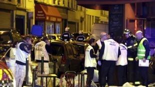 """امدادگران در برابر رستوران """"لوکاریون"""" در محلۀ یازدهم پاریس پس از تیرانداریهای جمعه شب"""