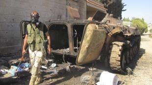 Un combattant de l'Armée syrienne libre muni d'un masque à gaz près d'Idleb, le 13 juin 2013.