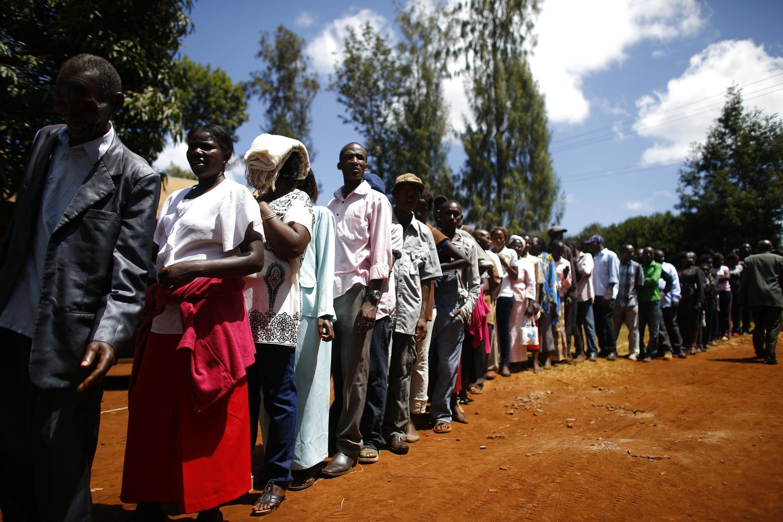 Wananchi wa Kenya katika mstari wakisubiri kupigia kura siku ya tarehe 4 machi 2013