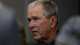 Esta imagen de archivo, tomada el 6 de octubre de 2019 en Arlington, Texas, muestra al expresidente de Estados Unidos, George W. Bush, durante un partido de la NFL entre los Dallas Cowboys y los Green Bay Packers en el AT&T Stadium