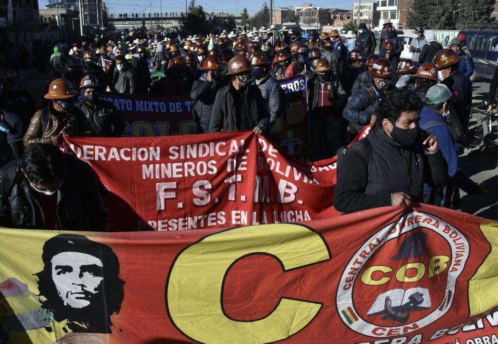Des mineurs sympathisants de l'ex-président Morales défilent pour protester contre un nouveau report des élections générales à cause du coronavirus, le 28 juillet 2020.