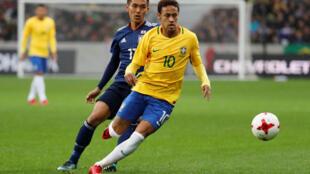 Neymar marcado pelo japonês Makoto Hasebe.