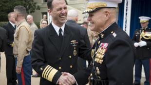 Tư lệnh Thủy Quân Lục Chiến Mỹ, tướng Robert Neller (T) và tư lệnh Hải Quân Mỹ tại Lầu Năm Góc. Ảnh chụp ngày 09/11/2015.