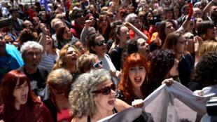 Des manifestants rassemblés à Pampelune le 26 avril 2018 scandent «Ce n'est pas un abus, c'est un viol !».