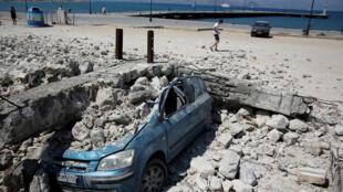 Une voiture broyée par les débris d'un immeuble effondré après le tremblement de terre qui a frappé l'ile de Kos, en Grèce, le 21 juillet 2017.