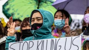 Manifestantes contrários ao golpe militar em Mianmar se reúnem nos Estados Unidos, em 27 de março de 2021.