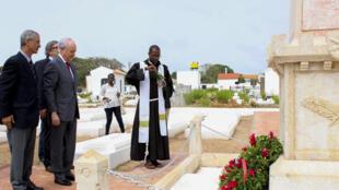 O presidente do PSD, Rui Rio, depõe uma coroa de flores em homenagem aos militares portugues mortos na guerra colonial no âmbito das comemorações do Dia de Portugal, de Camões e das Comunidades Portuguesas, Bissau, Guiná-Bissau, 10 de junho de 2018.