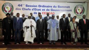Os 15 chefes de Estado presentes na Cimeira da CEDEAO em Yamoussoukro, na Costa do Marfim.