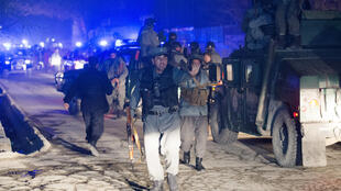 A polícia afegã no local do atentado suicida contra um restaurante de Cabul, em 17 de janeiro de  2014.