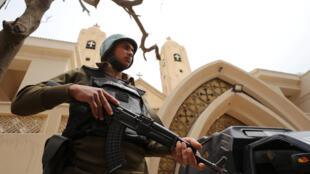 Um polícia egípcio posicionado frente a igreja copta de Tanta, alvo de um ataque jihadista que teve lugar o 9 de Abril de 2017