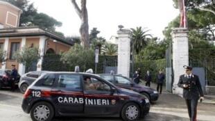 Итальянские карабинеры перед зданием посольства Швейцарии в Риме