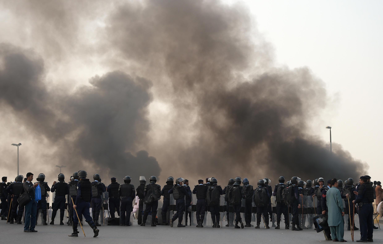 Des islamistes et des conservateurs pakistanais brûlent des pneus à Islamabad, pour manifester contre l'exécution du meurtrier Mumtaz Qadri. Un important dispositif sécuritaire a été mis en place dans les principales villes du pays.