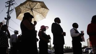 Em luto, moradores de Ferguson acompanham funeral do jovem Michael Brown