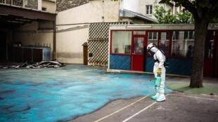 El surfactante pega el polvo de plomo al suelo, antes de que sea arrancado el asfalto.