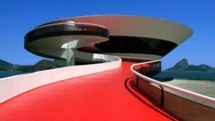 As linhas futuristas do prédio do MAC em Niterói conquistaram o diretor artístico da Louis Vuitton.