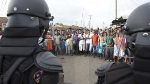 2014年8月20日,埃博拉疫情引发恐慌,利比里亚首都街头警察和民众对峙。