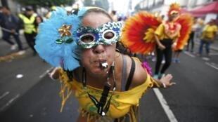 Musique, costumes et danses pour célébrer les Caraïbes.