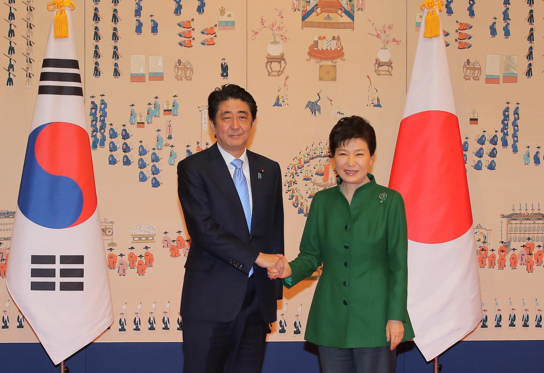 Thủ tướng Nhật Shinzo Abe và Tổng thống Hàn Quốc Park Geun Hye trước cuộc họp thượng đỉnh song phương tại Seoul ngày 06/11/2015.