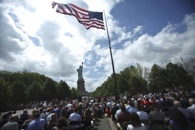 Americanos esperam cerimônia de reabertura da Estátua da Liberdade, em Manhattan
