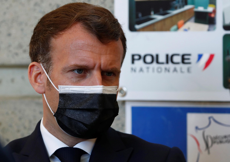 Emmanuel Macron lors d'une visite à l'hôtel de police de Montpellier le 19 avril 2021