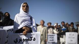 Des partisans de candidats afghans lors d'une manifestation appelant à de nouvelles élections législatives, à Kaboul, le 7 novembre 2010.