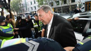 O cardeal George Pell entrou no tribunal de Melbourne cercado por um forte esquema de segurança.