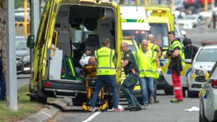 Спасатели у мечети Аль-Нур в новозеландском городе Крайстчерч 15 марта 2019.