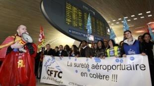 Agentes de seguridad en huelga el 22 de diciembre, aeropuerto de Roissy.