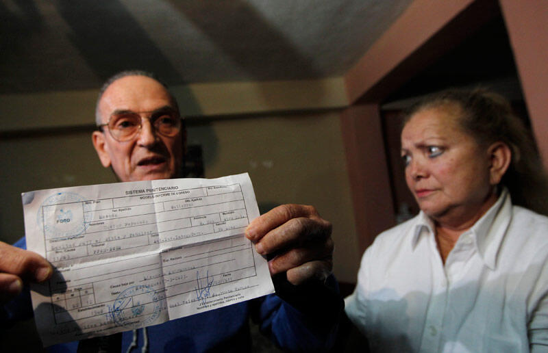 Nhà bất đồng chính kiến Hector Maseda trưng bày lệnh trả tự do có điều kiện ngày 12/02/2011.