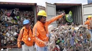 Lixo doméstico do Canadá enviado às Filipinas, sendo verificado por funcionários do país asiático no porto de Manila, em 29 de junho de 2019.