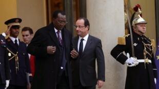 François Hollande (à droite) et Idriss Déby, le 5 décembre 2012 à Paris.