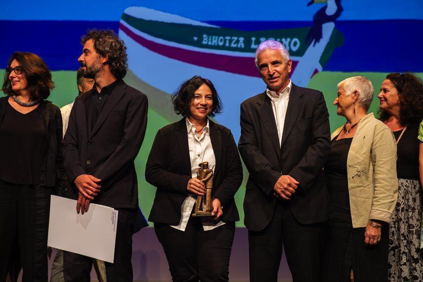 La directora colombiana Cristina Gallego junto a Serge Forh, presidente del Festival  de Biarritz.