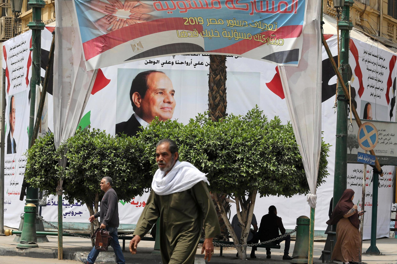 Наглядная агитация в Каире с портретами ас-Сиси и призывом поддержать поправки в Конституцию