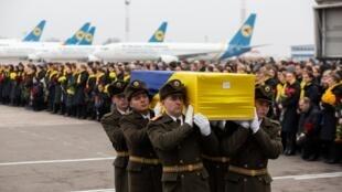 اجساد یازده قربانی اوکراینی هواپیمای ساقط شدۀ اوکراین توسط ایران در فرودگاه کییف