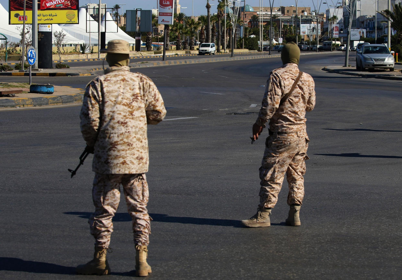Des membres des forces de sécurité libyenne veillent au respect des mesures prises contre l'épidémie de Covid-19 à Tripoli, le 10 avril 2020.