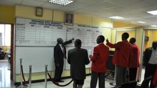 Pierre Célestin Rwabukumba, le PDG du Rwanda Stock Exchange, face à un groupe d'étudiants dans la petite salle de marchés de la Bourse de Kigali.