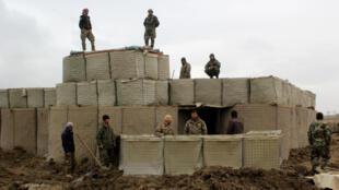 Las fuerzas de seguridad afganas vigilan un puesto del ejército nacional después de un ataque de talibanes, en la provincia de Kunduz, el 4 de marzo de 2020