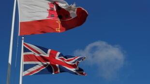 1月1日西班牙与英国边境的英国旗和直布罗陀旗