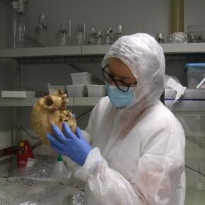 Samantha Brunel examinant un crâne dans le laboratoire de haut confinement de l'Institut Jacques Monod (CNRS/Université de Paris).
