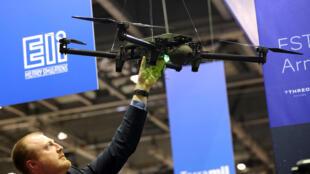 Một nhân viên bán hàng giới thiệu máy bay không người lái ELIX-XL tại hội chợ vũ khí DSEI 2017 ở London, Anh. Ảnh chụp ngày 12/09/2017.