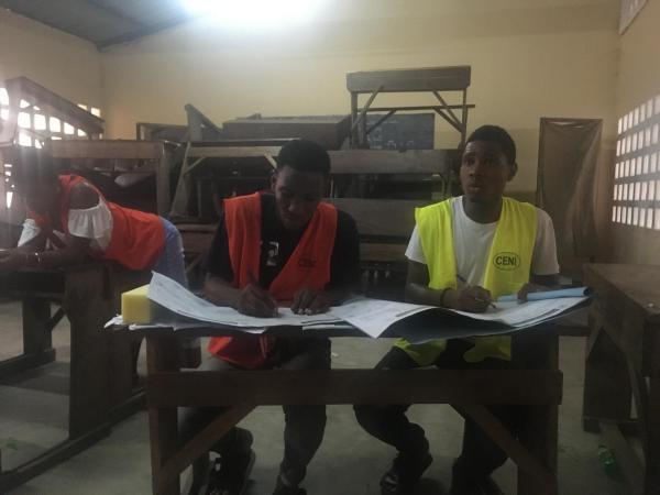 Présidentielle au Togo: dans ce bureau de vote du lycée Bé-Plage de Lomé, les résultats sont compilés avant d'être envoyés à la commission électorale locale, samedi 22 février 2020.