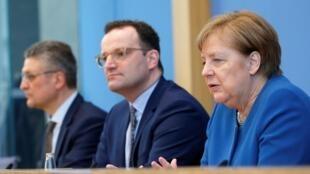 De gauche à droite: Lothar Wieler, président de l'Institut Robert-Koch, Jens Spahn, ministre de la Santé allemand, et Angela Merkel, chancelière allemande, le 11 mars 2020.
