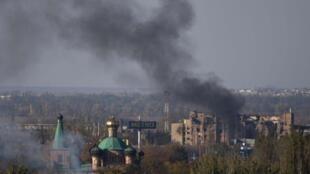 Moshi kupanda hewani kutoka eneo la uwanja wa ndege wa Donetsk baada ya mashambulizi ya mabomu, Oktoba 12, 2014.