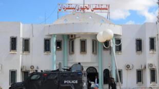 Les forces spéciales tunisiennes déployées devant l'hôpital de Ben Guerdane au lendemain d'une attaque jihadiste de grande ampleur, le 8 mars 2016.