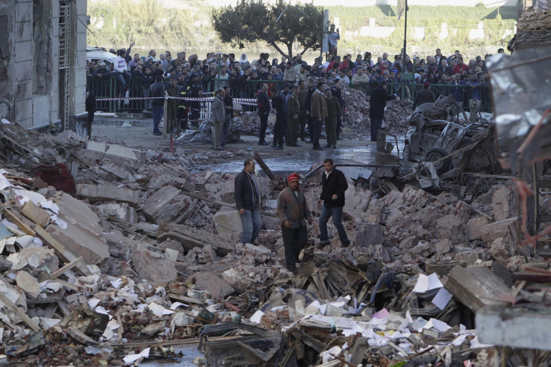Des hommes au milieu des décombres, à Mansoura, le 24 décembre 2013.