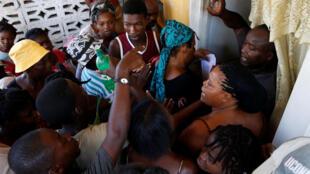 Des Haïtiens attendent de la nourriture après le passage de l'ouragan Matthew, à Jérémie, le 13 octobre 2016.