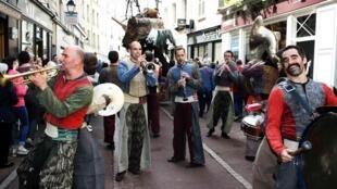 A grande parada anuncia a abertura do Avignon Off, o circuito paralelo do Festival de Avignon, no sul da França, em cartaz até 30 de julho.