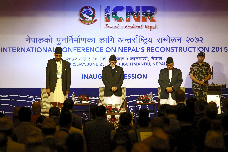 Thủ tướng Nepal (giữa) cùng các bộ trưởng Tài chính và Ngoại giao mặc niệm các nạn nhân động đất  trước khi khai mạc Hội nghị quốc tế tai thiết Nepal sau động đất ngày 25/06/2015 tại Kathmandu.